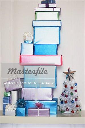 Big Stack Geschenke neben kleinen Weihnachtsbaum