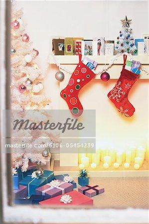 Weihnachtlich und Karten am Kamin der Kamin neben Baum