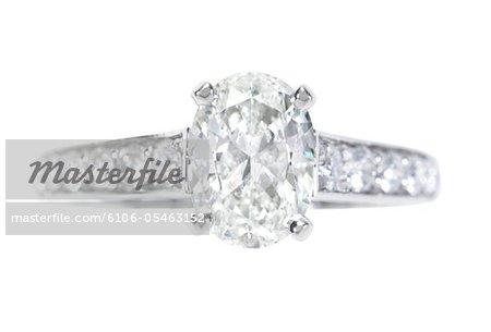 Bague en diamant de forme ovale avec diamants incrustés de bande, gros plan vue de face.