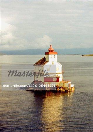 Vue grand angle de la chaîne phare de l'île entourée d'eau, Danemark