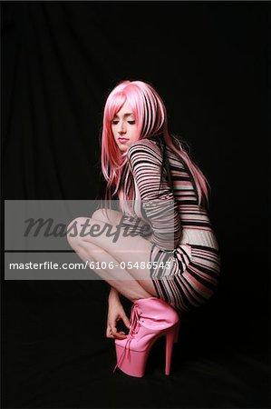 Modèle caucasien posant dans un pull robe et plate-forme chaussures