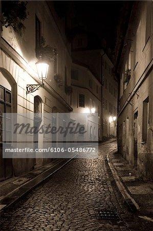 Les rues de Mala Strana nuit à Prague, Czech Republic, 2007. Sepia Toned Image.