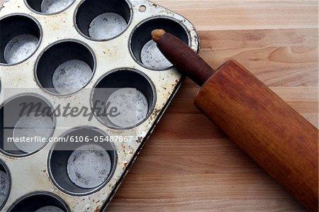 Rouleau à pâtisserie et le plat de cuisson.
