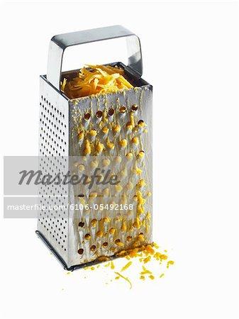 À l'intérieur de la râpe du fromage râpé
