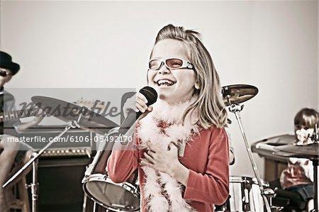 Kinder, die angeblich in einer Rockband spielen