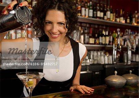 Femelle barman versant un Martini