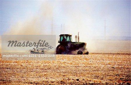 Ein Traktor in Bewegung auf einer Farm in den USA
