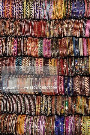 Inde, Jaipur, bracelets en affichage de magasin