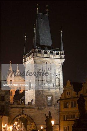 République tchèque, Prague, petite ville tours du pont dans la nuit