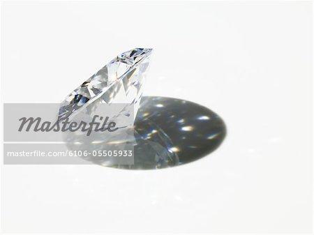 Diamant mit Schatten auf weißem Hintergrund