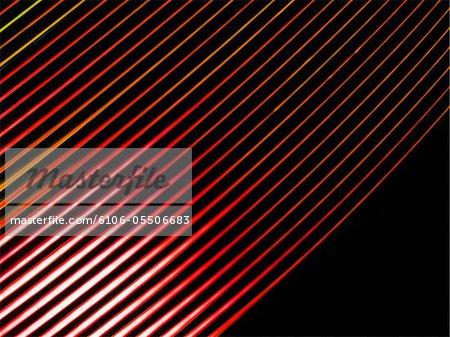 Rote Linien meliert mit Orange auf schwarzem Hintergrund
