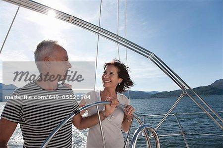 Älteres Paar zusammen Segeln