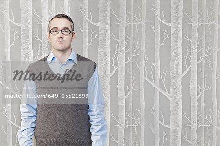 Homme d'affaires permanent avec motif arbre