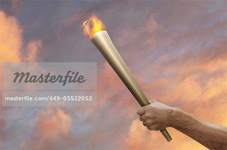 Bâton enflammé de main tenant
