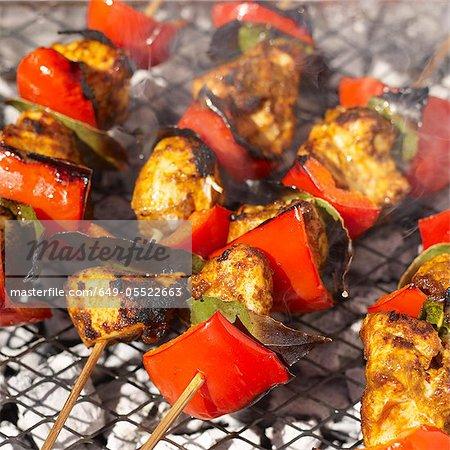 Brochettes de poulet tikka sur grill