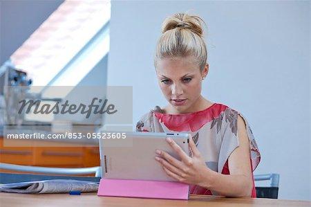 Jeune femme avec ipad