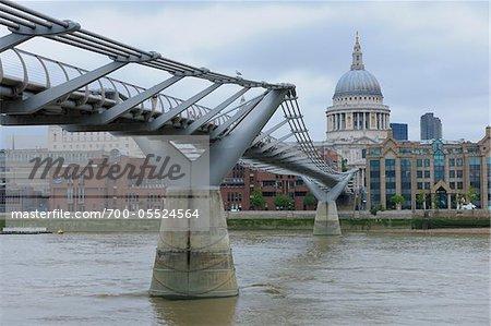 Millennium Bridge et Cathédrale Saint-Paul, Londres, Angleterre
