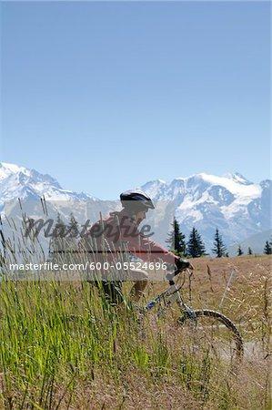 Garçon de vélo de montagne, Alpes, France