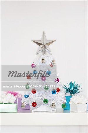 Kleine gefälschte Weihnachtsbaum umgeben von Geschenke, Nahaufnahme