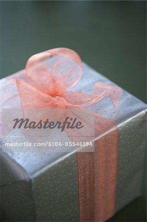 Enveloppé avec noeud rose