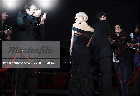 Celebrity posé pour les paparazzi sur le tapis rouge