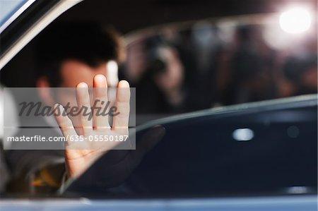 Mann blockierende Foto auf dem Auto Rücksitz