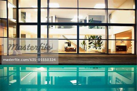 Piscine et fenêtres de la maison moderne