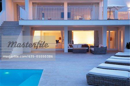 Zone de piscine et un patio de maison moderne