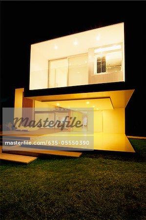 Maison moderne illuminé la nuit