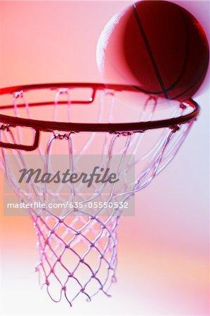 Basketball am Rand von hoop