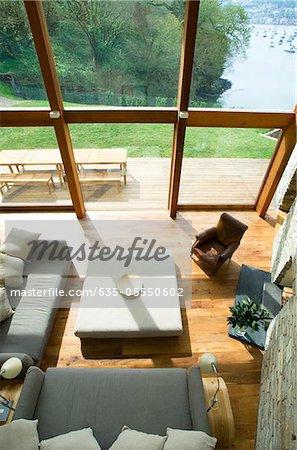 Vue aérienne de canapés dans le salon moderne