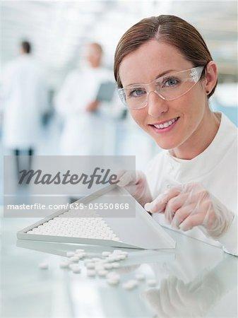 Wissenschaftler untersuchen Pillen im Labor