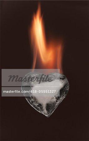 Coeur de glace combustion avec flammes