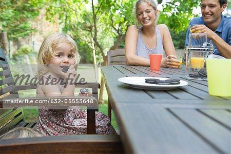 Manger des collations avec son extérieur de parents de la fillette
