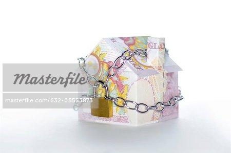Musterhaus gefaltet mit britischen Pfund-Banknoten gefesselt und exubertante