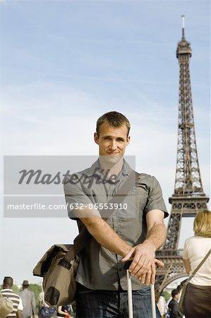 Homme posant devant la tour Eiffel, Paris, France