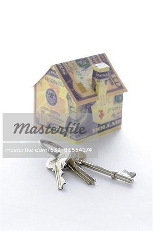 Bündel von Schlüsseln und Musterhaus gefaltet mit Dollarnoten