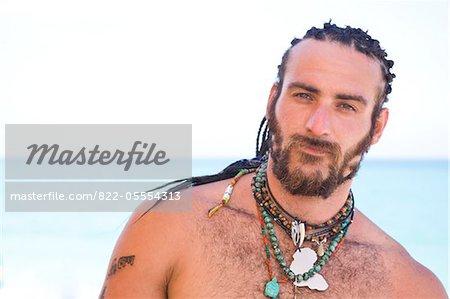 Bärtiger Mann mit langen geflochtenen Haaren