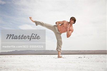 Homme pratiquant les Arts martiaux en plein air