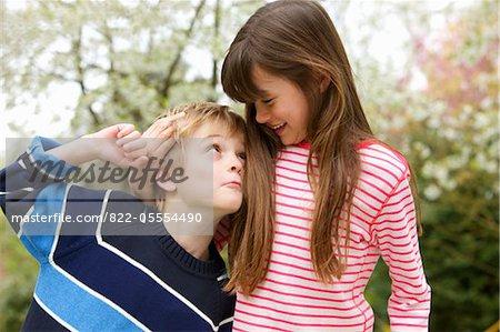Garçon et fille de déconner en plein air