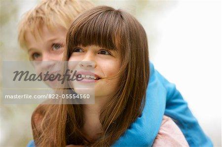 Garçon et fille équitation vue Piggyback, gros plan