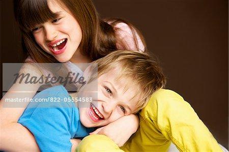 Garçon et fille s'enlaçant et rire