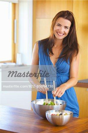 Femme jetant salade souriante
