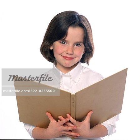 Girl Holding livre ouvert