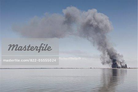 Nuage de fumée grise au-dessus du lac
