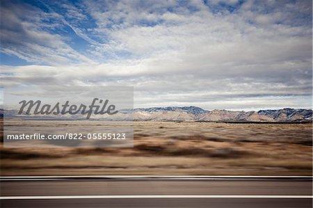 Route et paysage de montagne, flou de mouvement