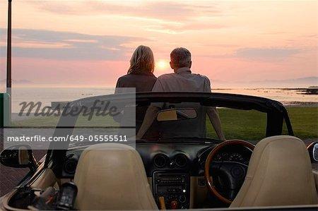 Sunset admiratif de couple en Cabriolet