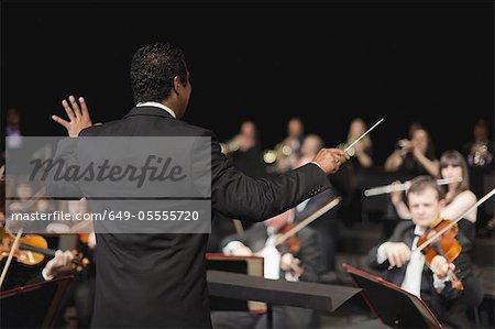 Dirigent winkenden Stöckchen über Orchester