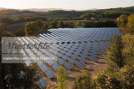Vue aérienne du champ de panneaux solaires