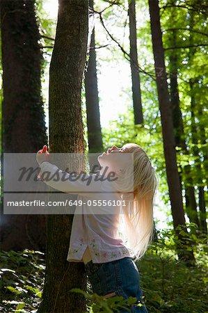 Arbre hugging jeune fille forêt